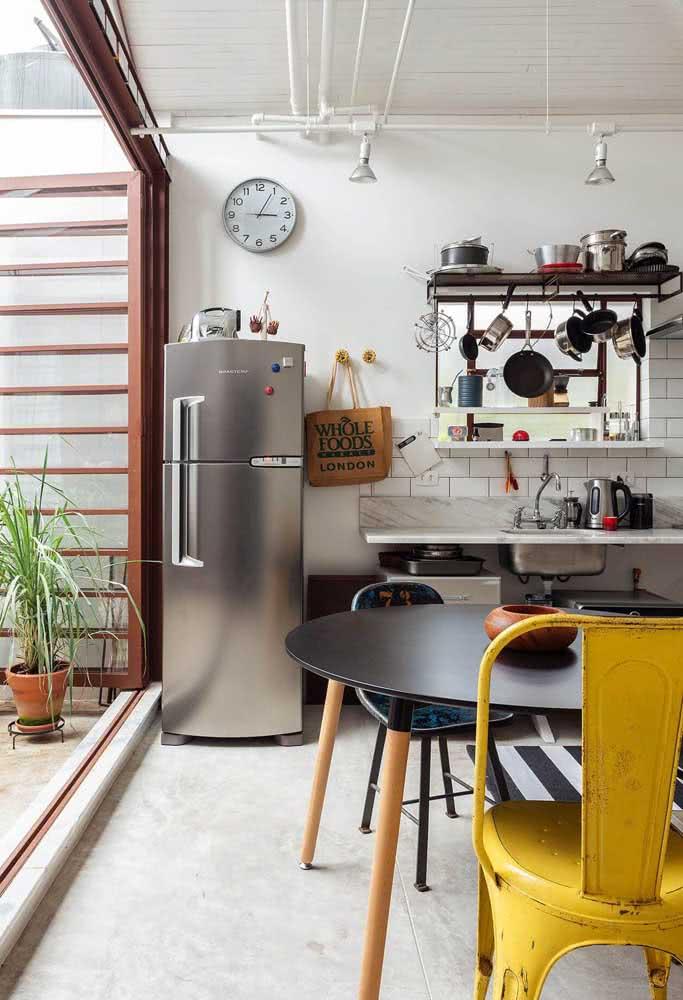 Pia de granito na cozinha sem gabinete para mostrar toda a versatilidade da pedra