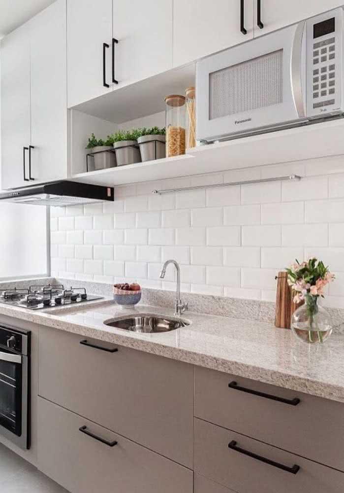 Em um projeto mais sofisticado, aposte na pia de granito claro na cozinha