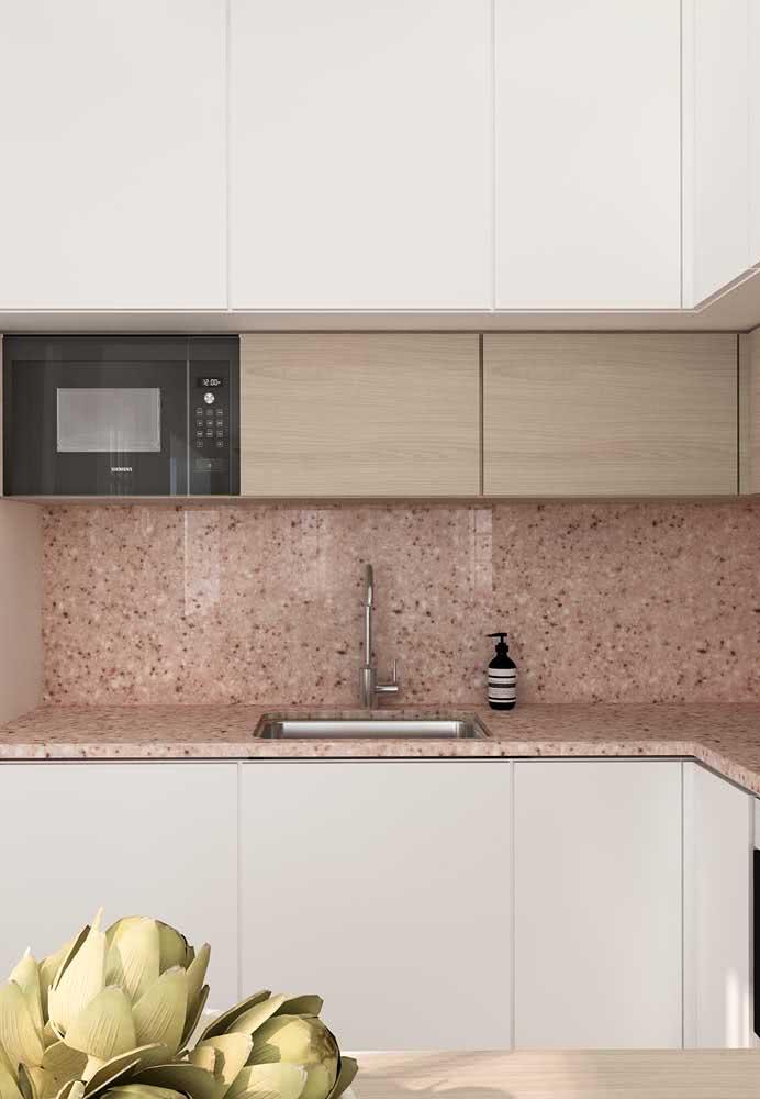 Que tal um granito vermelho na cozinha?