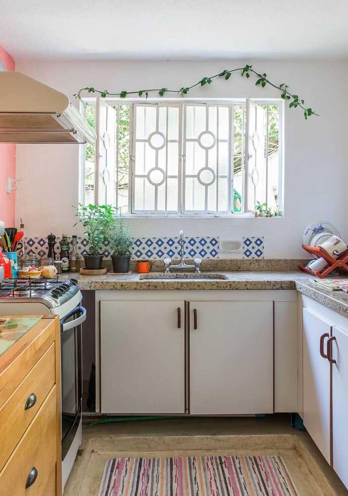 Cozinha aconchegante com pia de granito amarelo