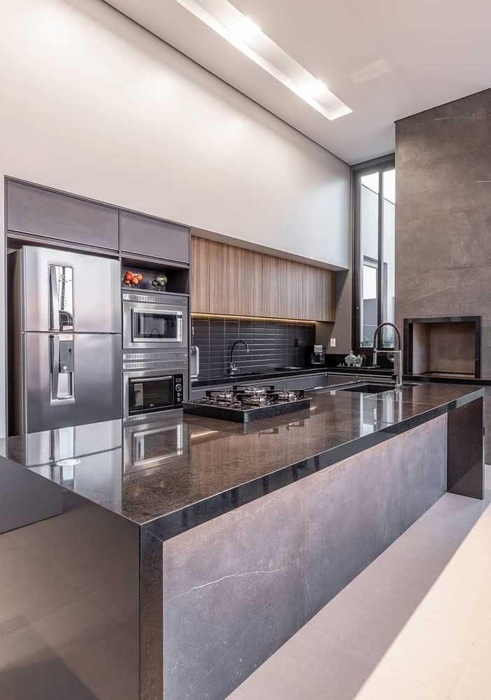 A cozinha super moderna também tem espaço para ilha de granito