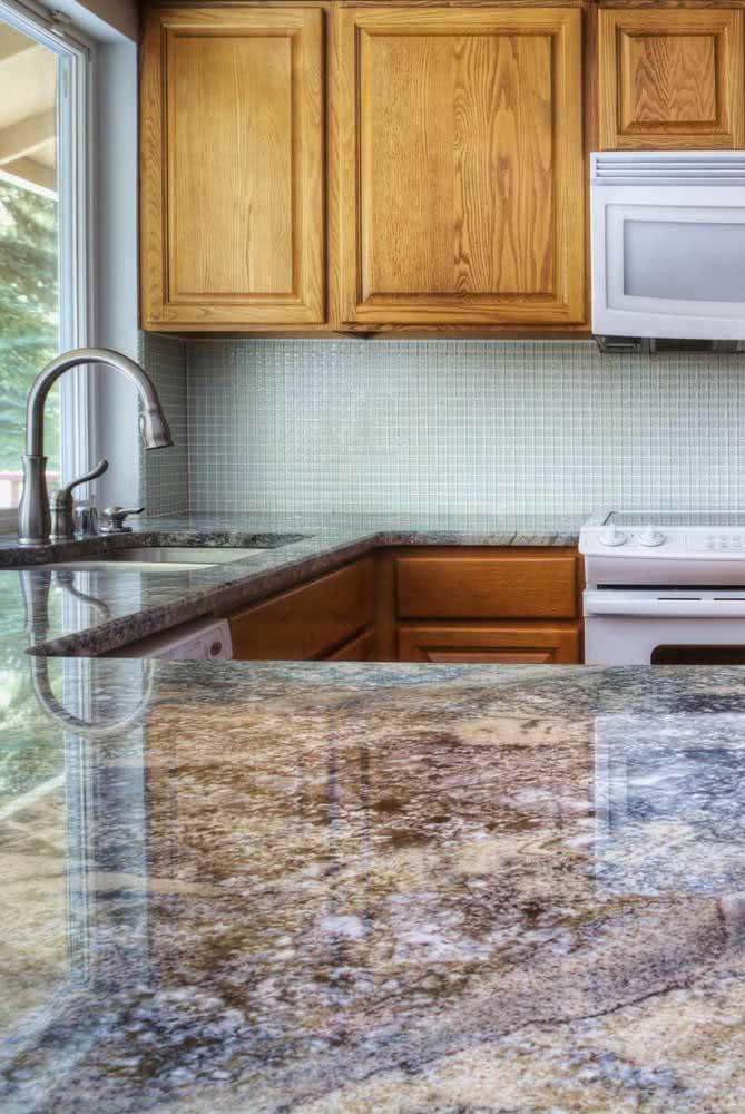 Balcão de granito na cozinha: quanto mais granulada a pedra, maior o contraste