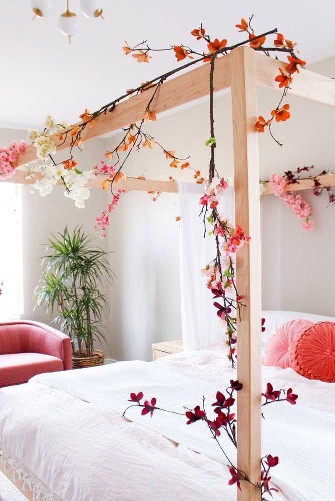 Decoração romântica para quarto de casal com flores e cores claras