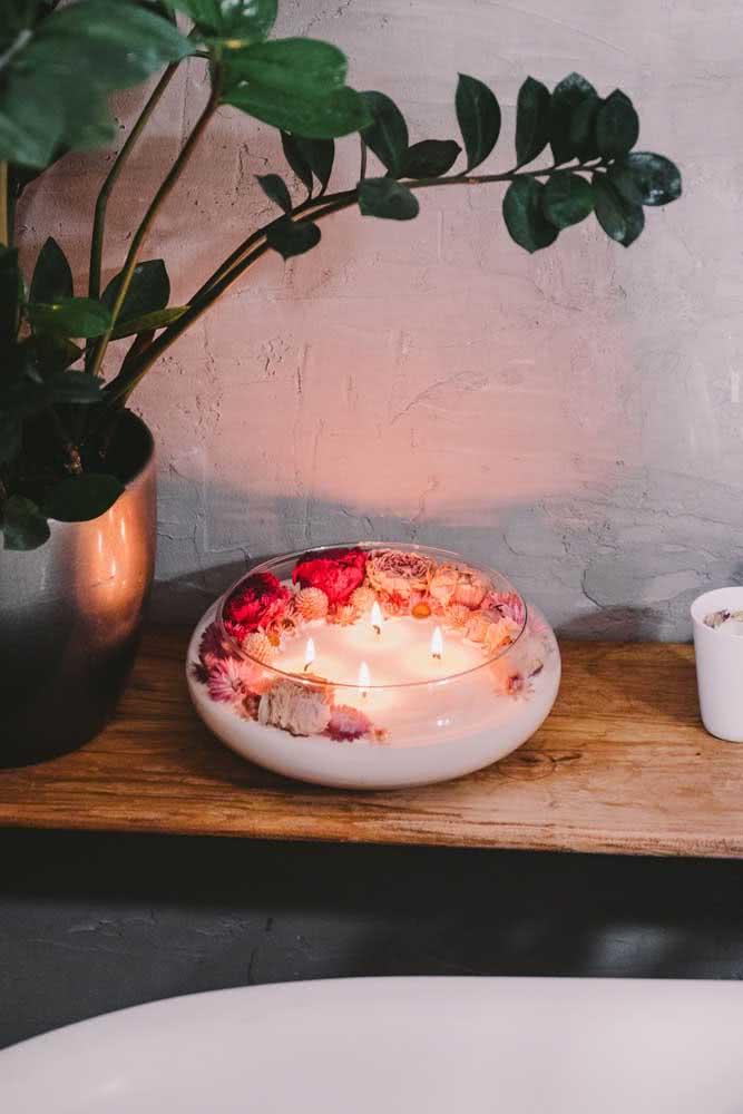 Vela e flores para garantir o clima de decoração romântica
