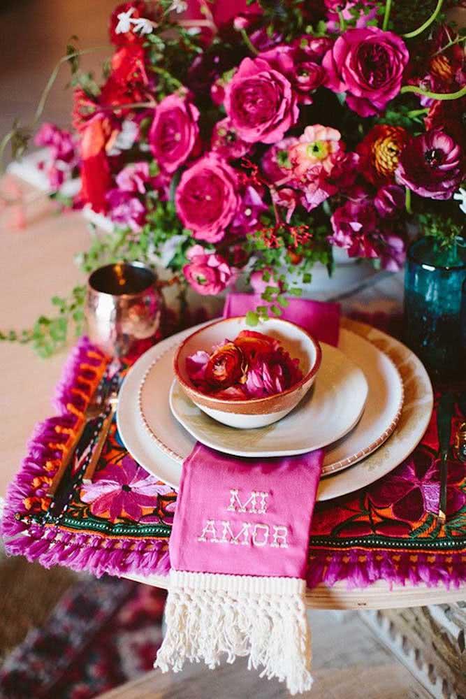 Surpreenda seu amor com uma mesa romântica e florida