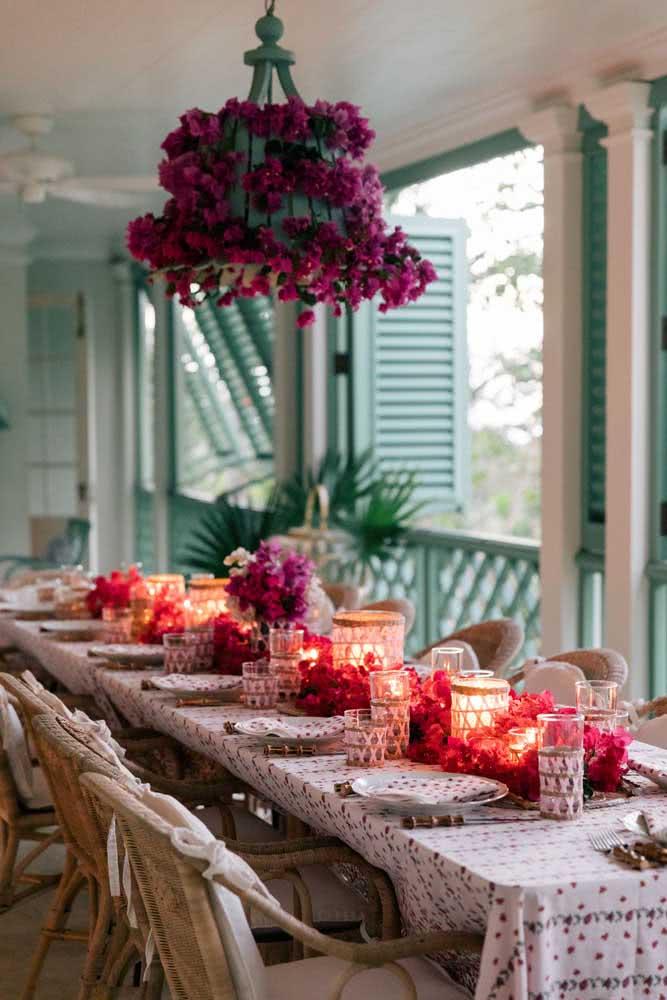 O tom suave de azul é o fundo perfeito para a decoração da mesa romântica