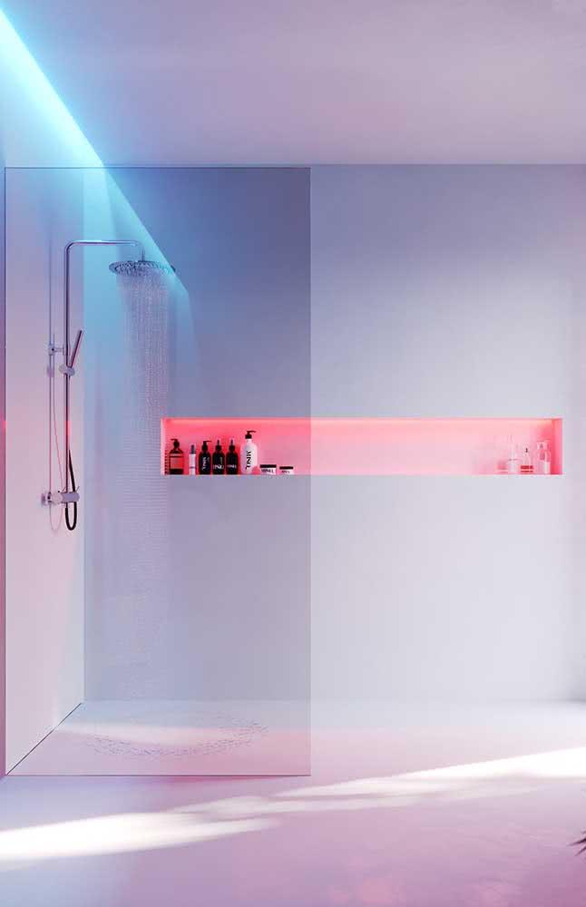 Já nesse banheiro, são as cores da iluminação que trazem o estilo romântico