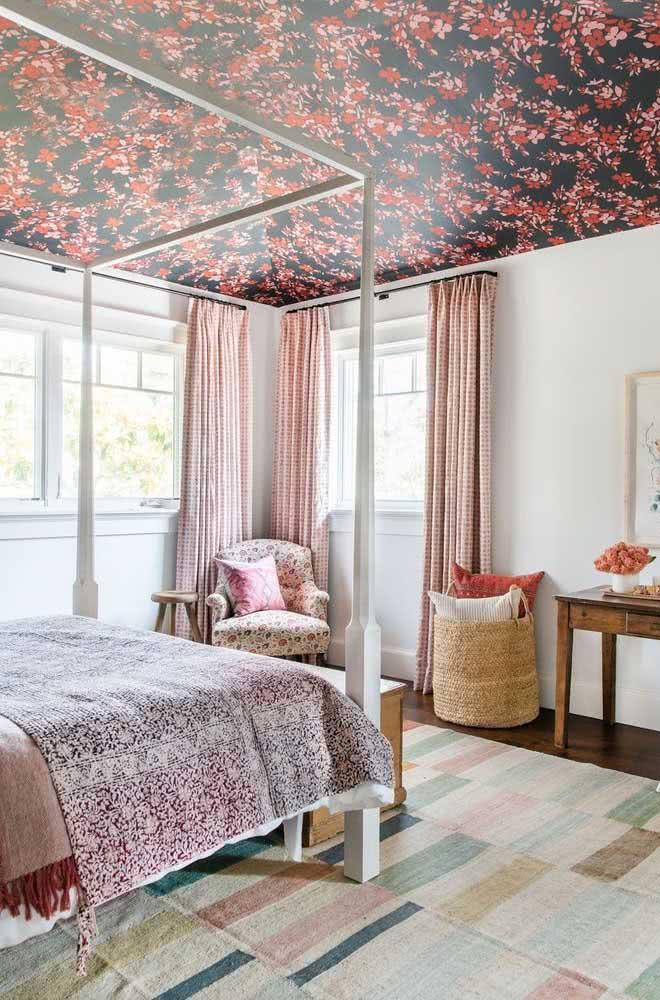 Que tal um papel de parede floral no teto do quarto de casal romântico?