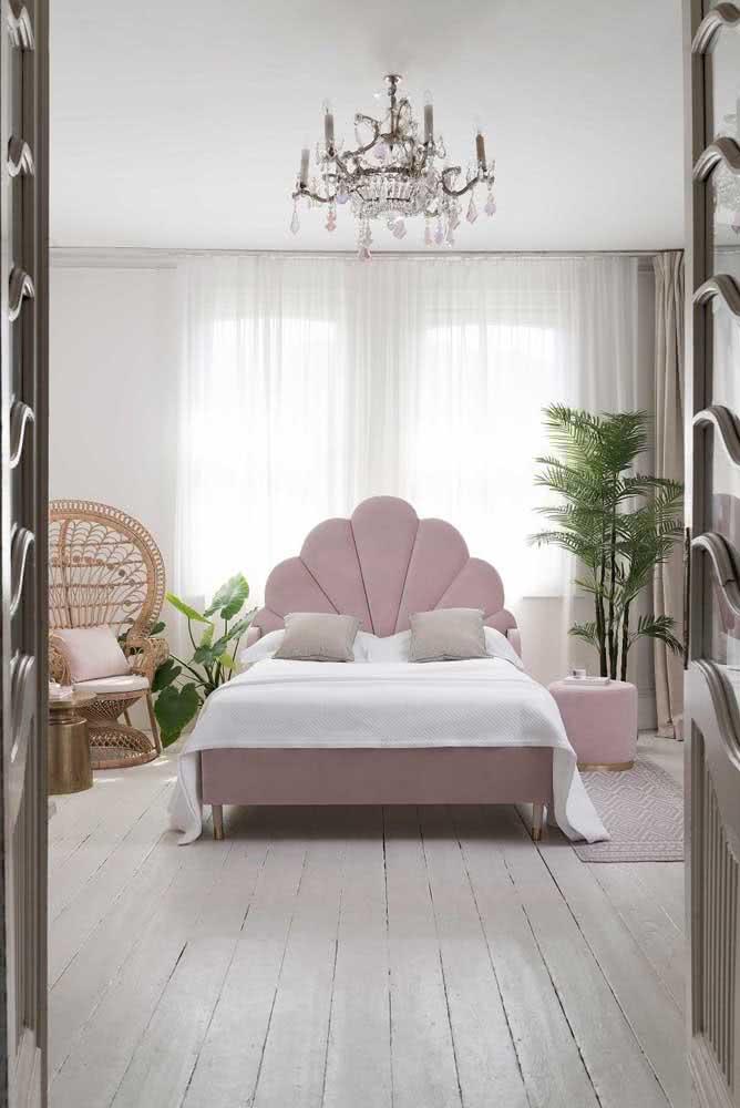 Todas as características românticas aparecem nessa decoração de quarto