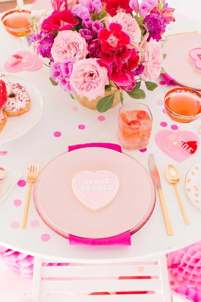 Decoração de mesa romântica nas cores da paixão