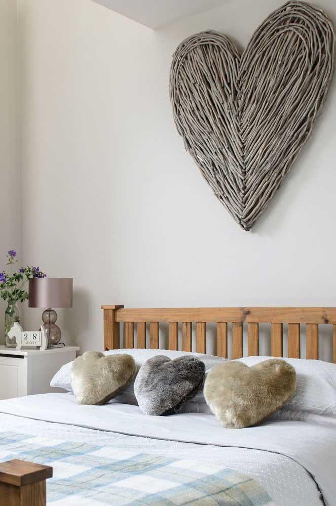Corações para inspirar a decoração romântica do quarto de casal e cores neutras para fugir do padrão