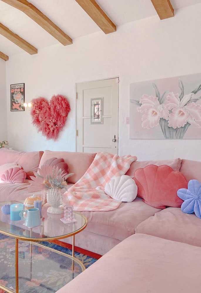 Decoração de sala romântica simples com sofá cor de rosa e quadro de flores