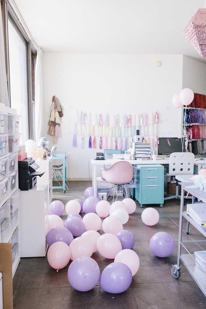 Decoração de festa romântica com balões rosas e lilás