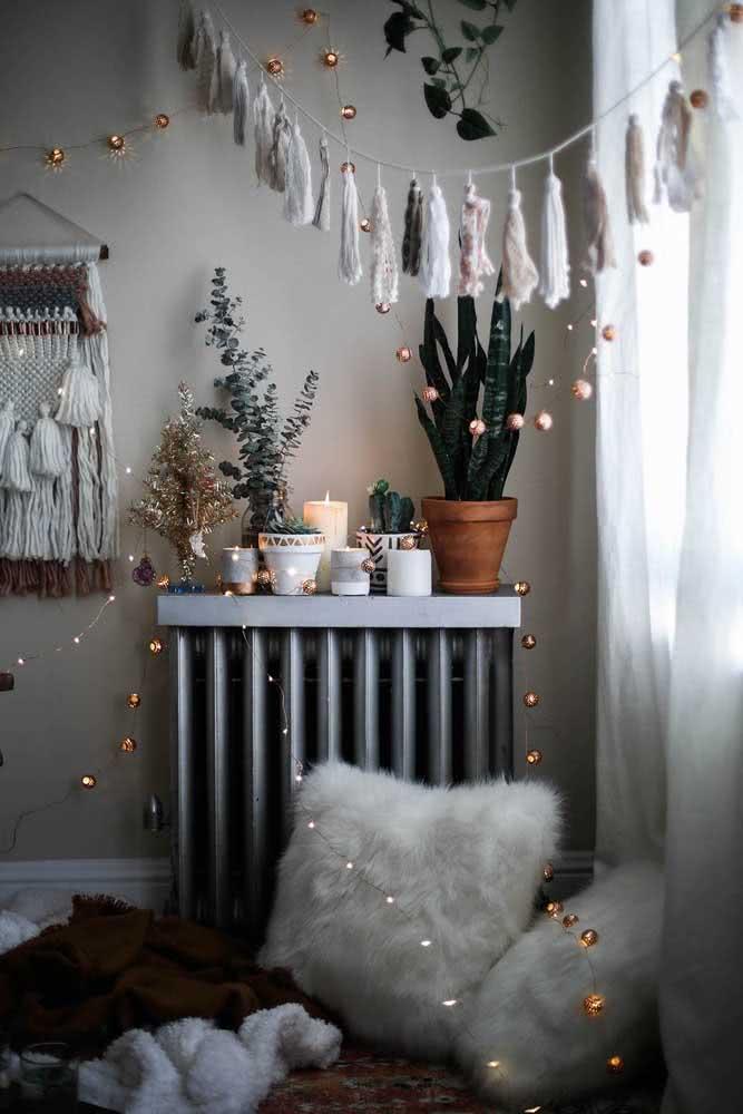 Que tal uma urban jungle na decoração romântica simples?