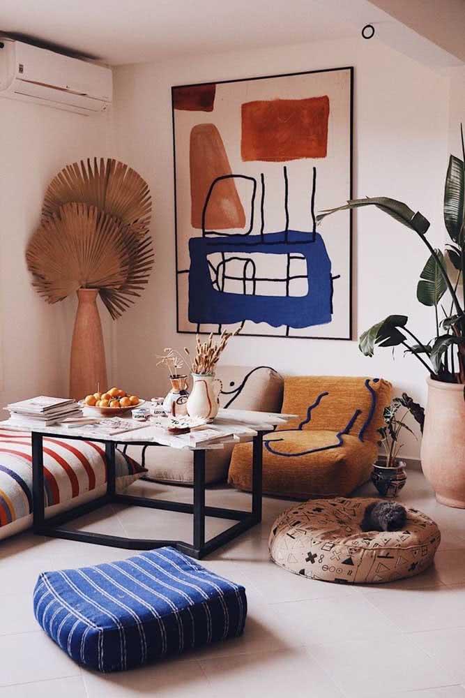 Decoração romântica na sala com elementos modernos
