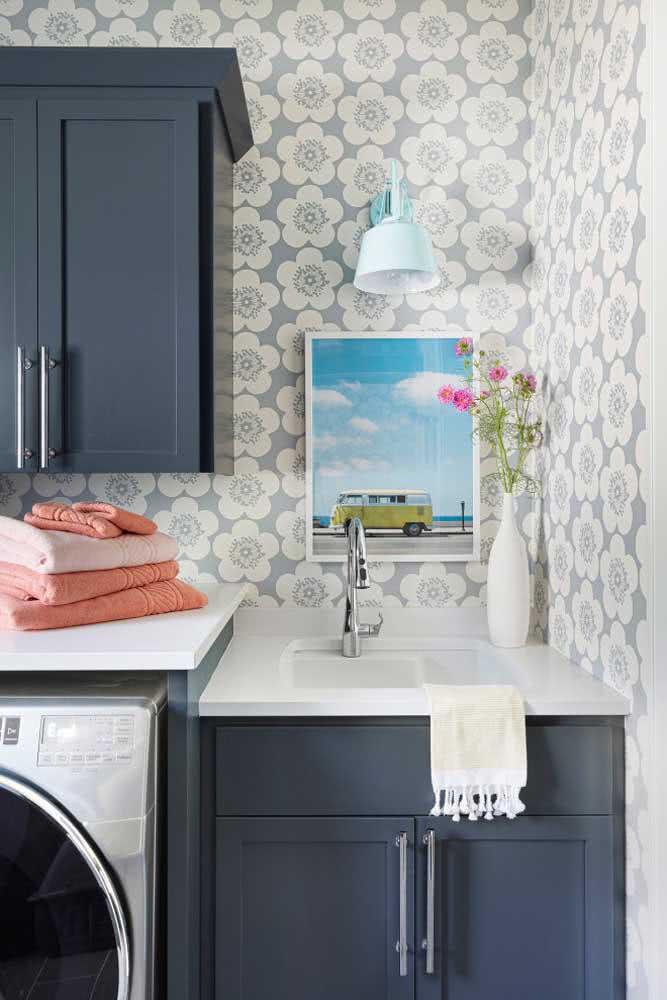 Para o banheiro, a decoração romântica inclui papel de parede, flores e toalhas cor de goiaba