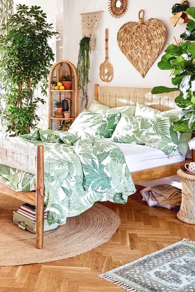 Natureza, corações e fibras naturais compõe o cenário dessa decoração romântica de quarto de casal