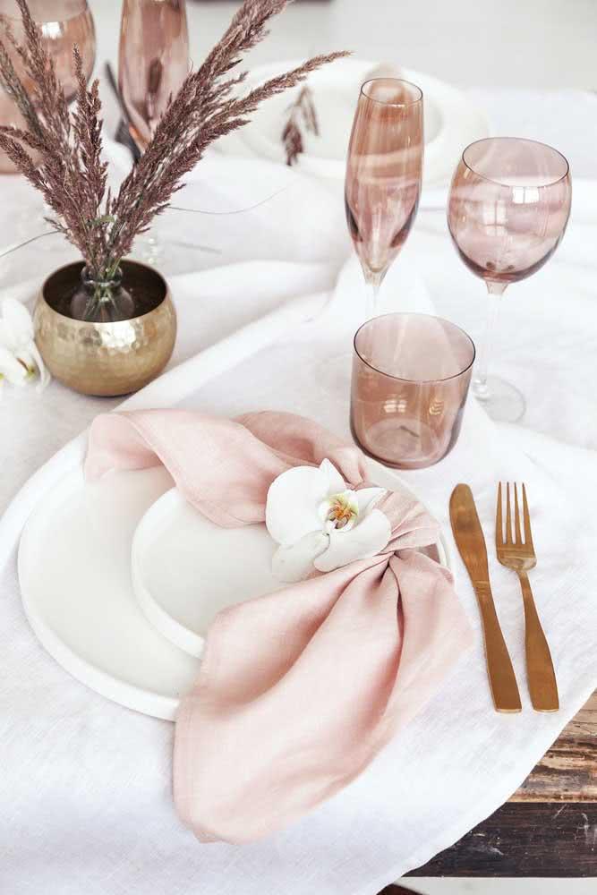 Decoração festa romântica com destaque para a mesa posta