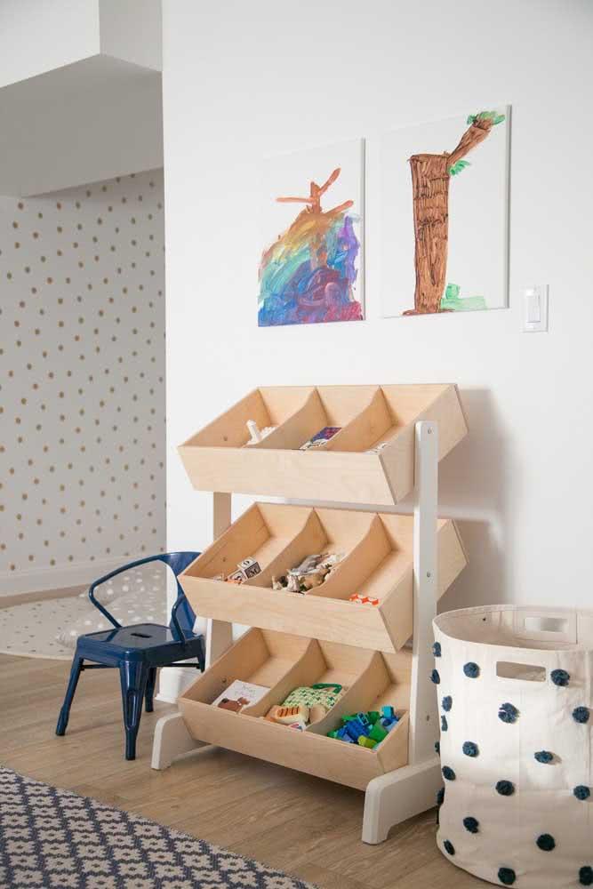 Um cantinho especial na sala para as crianças com cesto e a estante para brinquedos