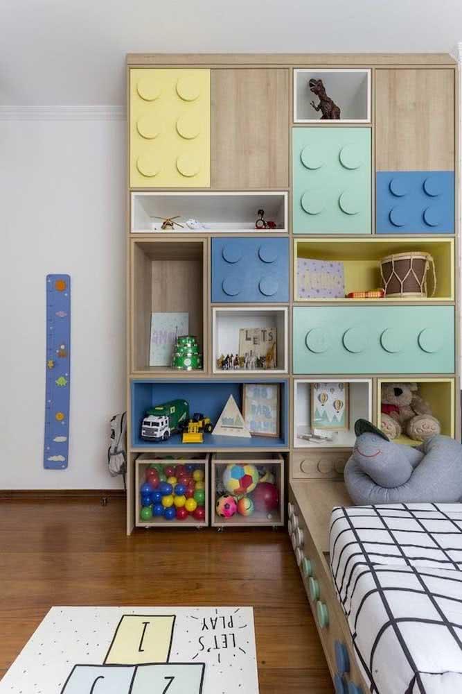 Estante para brinquedos planejada junto com a cama para aproveitar melhor o espaço do quarto