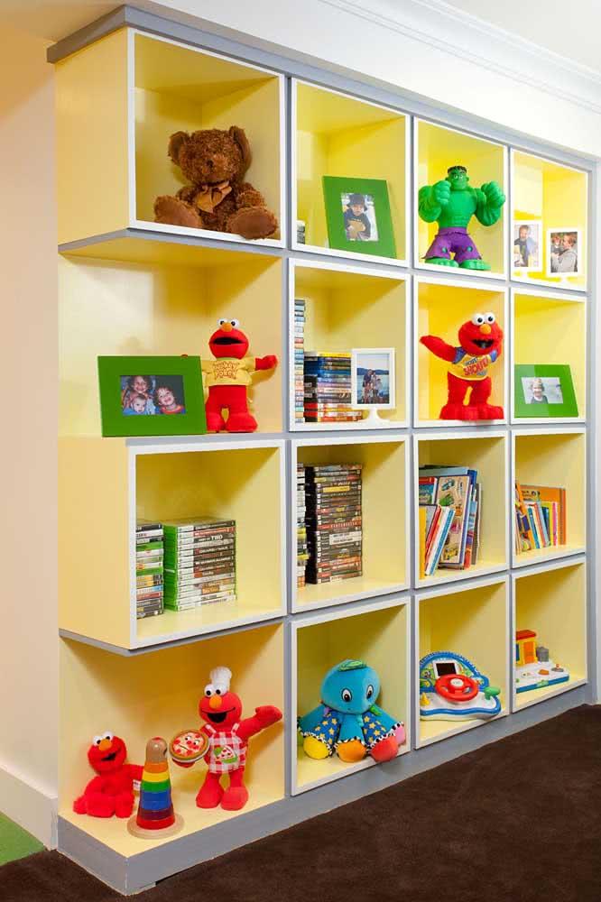 Estante com nichos para brinquedos. Pinte o interior com uma cor alegre e transforme o visual do quarto