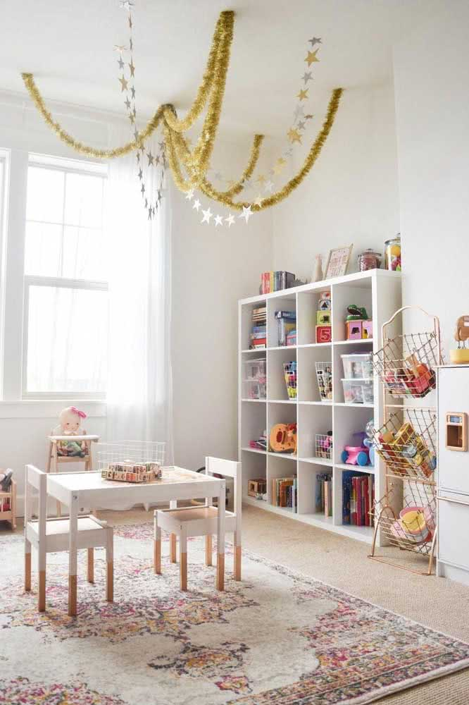 Estante para brinquedos em MDF branco combinando com o quarto
