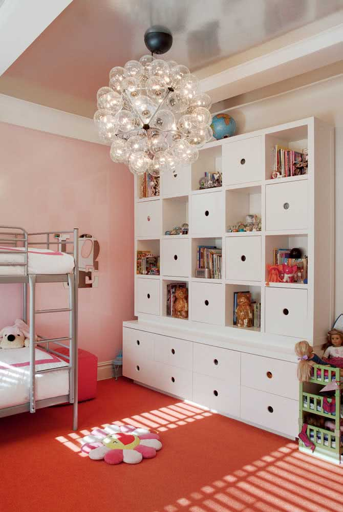 Uma estante para brinquedos completa com direito a porta, nichos e gavetas
