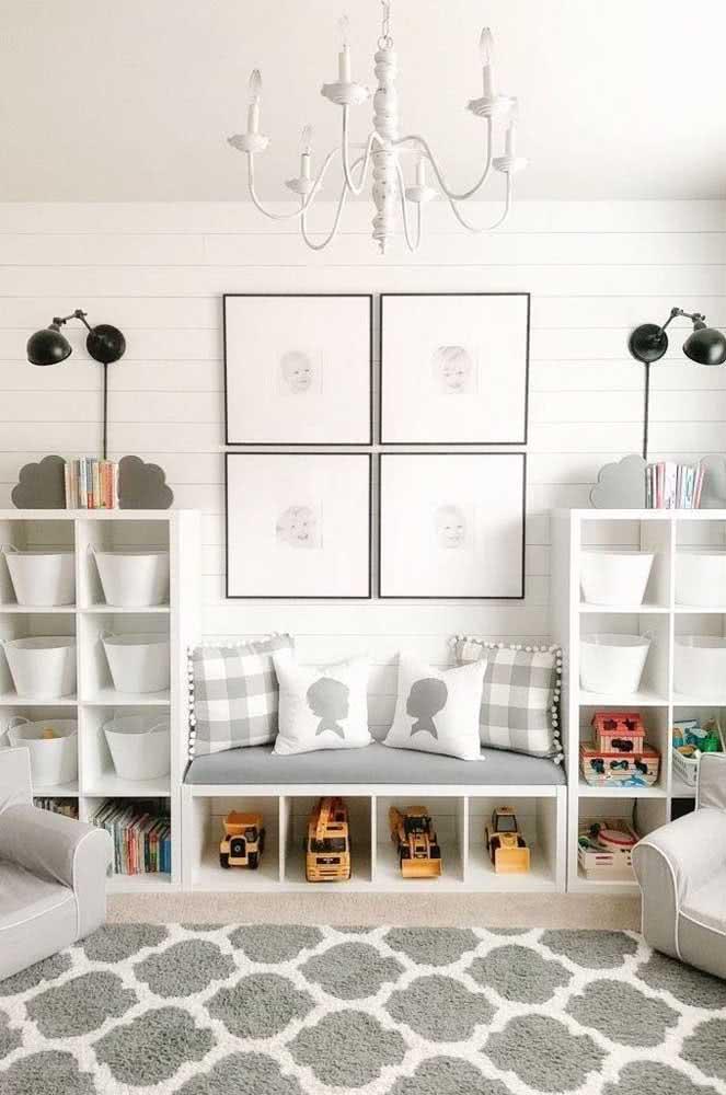 Um toque minimalista na estante para organizar brinquedos