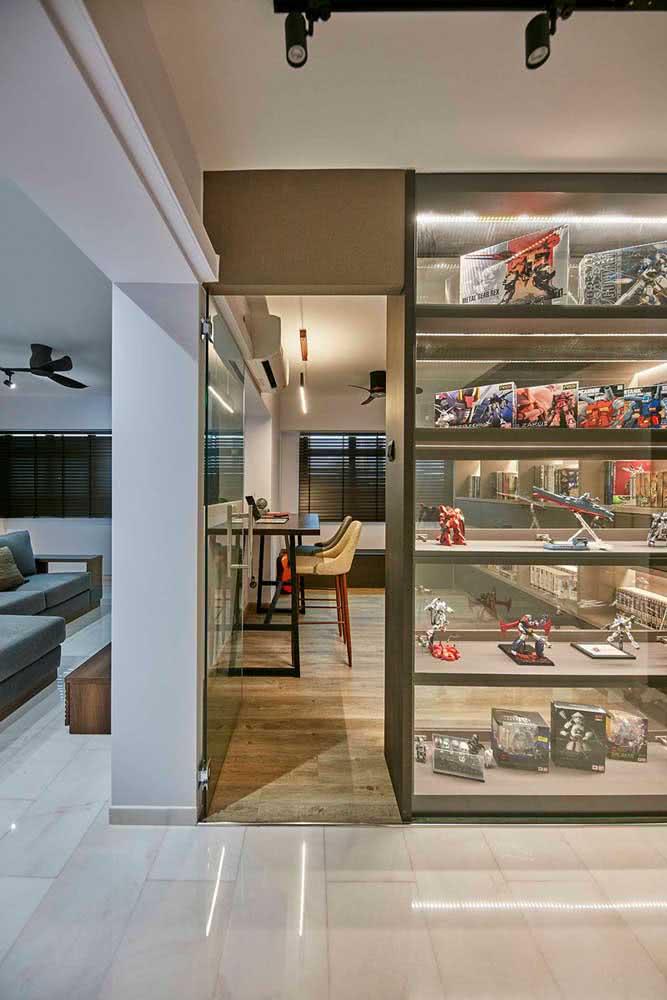 E o que acha de transformar a estante para brinquedos em uma galeria de exposição?