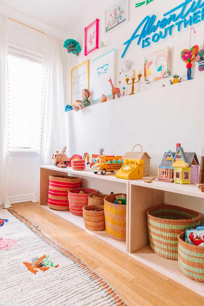 Uma legitima estante montessoriana para brinquedos: simples, segura e acessível