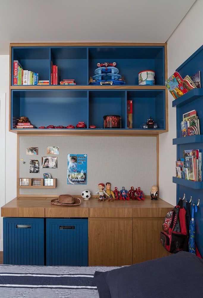 Estante para organizar brinquedos planejada feita em conjunto com a mesa de estudo e o painel lateral