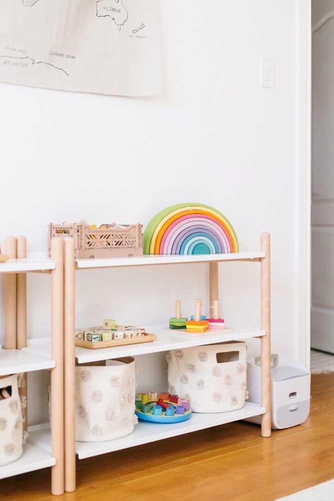 Estante montessoriana para brinquedos: cores claras e design clean