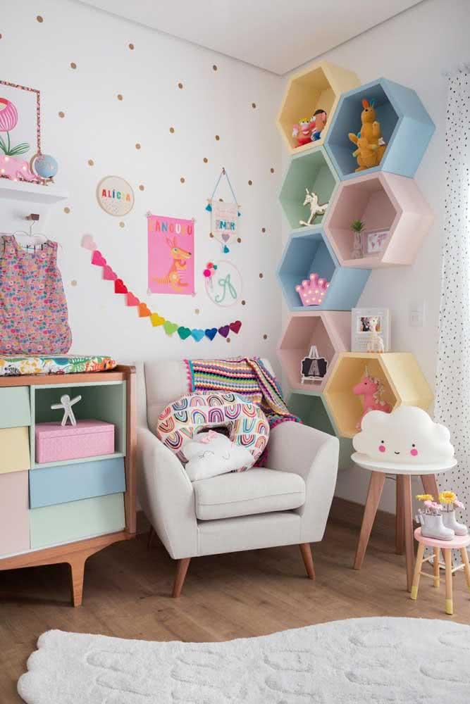 Estante para brinquedos colorida e com gavetas combinando com os nichos ao lado
