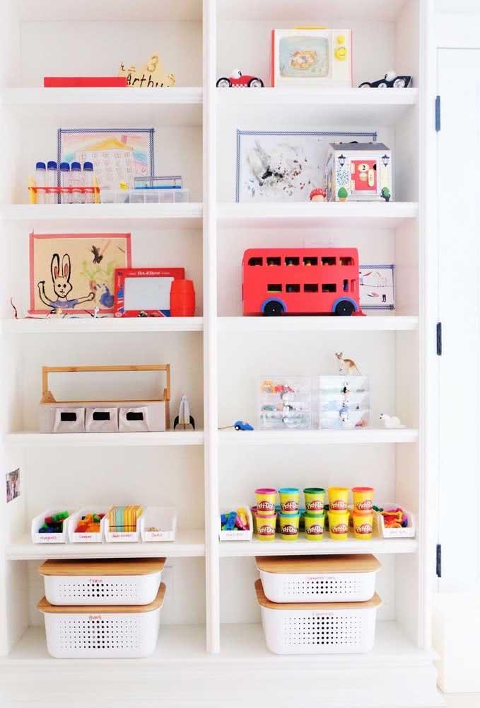 Estante planejada para os brinquedos. O uso das caixas ajuda na organização