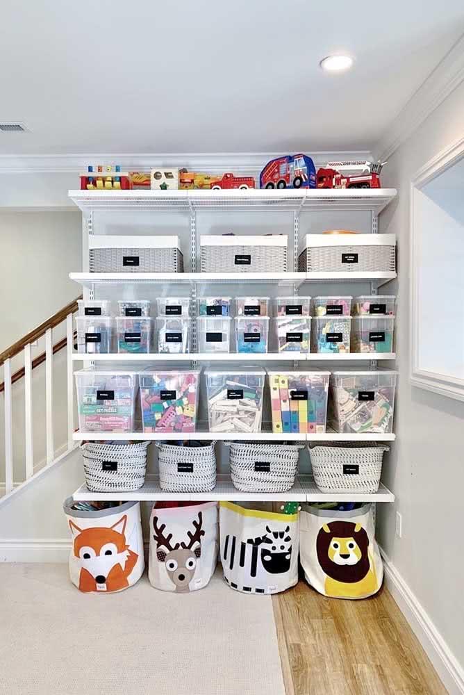 E por falar em caixas, essa estante de brinquedos com prateleiras apostou nas caixas transparentes que facilitam a visualização
