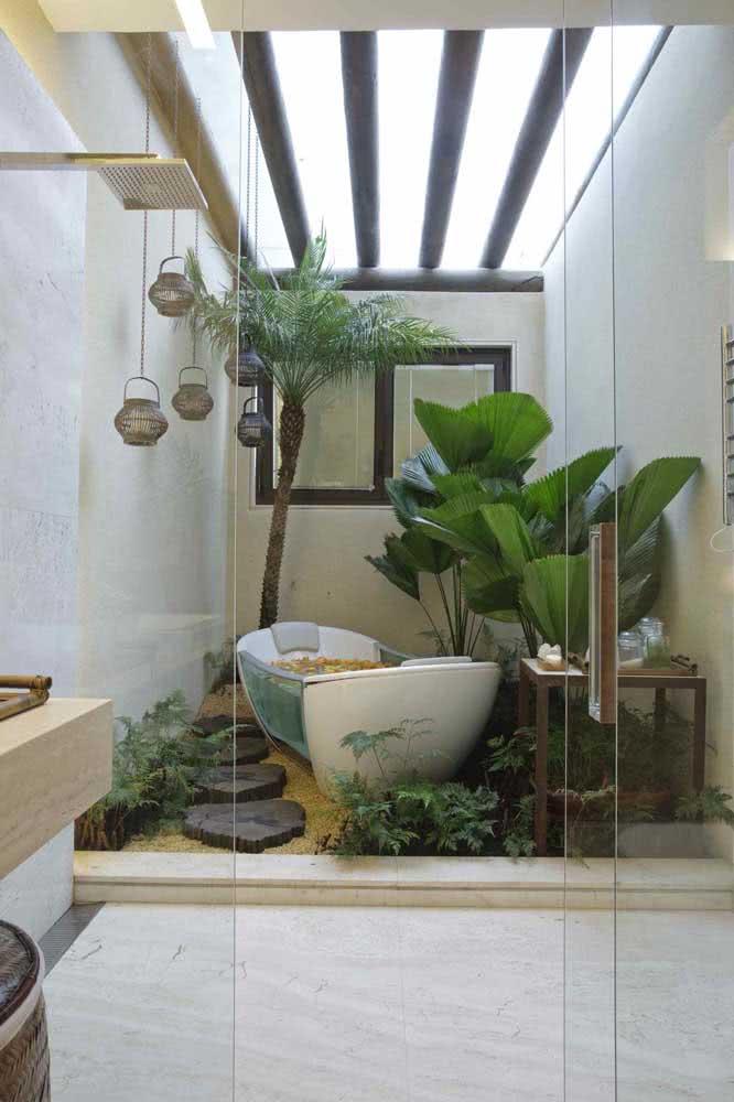 Já pensou tomar banho em um mini jardim com palmeira leque?