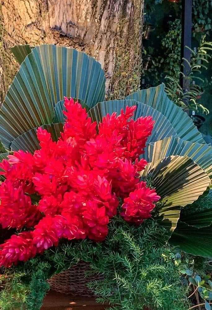 Combine flores com as folhas da palmeira leque