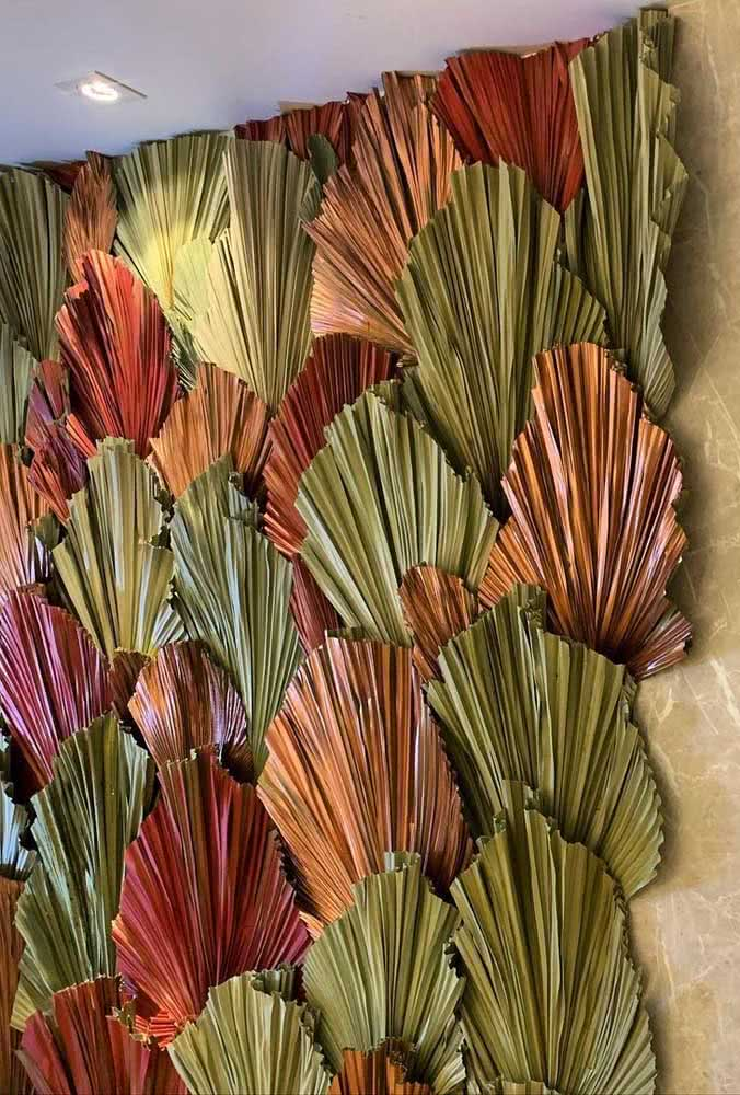 Inspire-se nesse painel de folhas coloridas de palmeira leque
