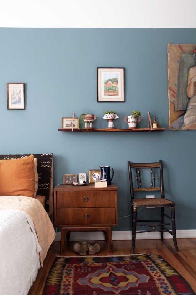 O quarto de estilo retrô apostou na elegância dos quadros clássicos na parede
