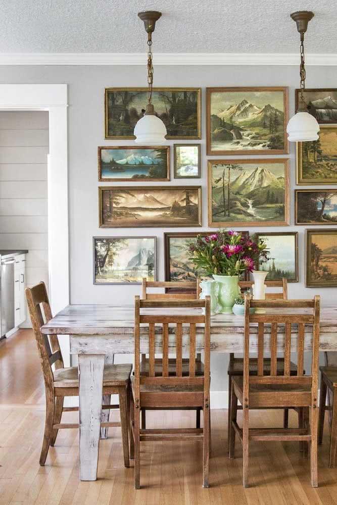 Uma composição ousada de quadros clássicos na sala de jantar