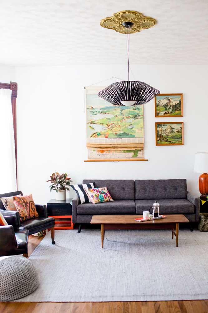 Que tal uma parede vermelha para exibir os quadros clássicos de moldura dourada?