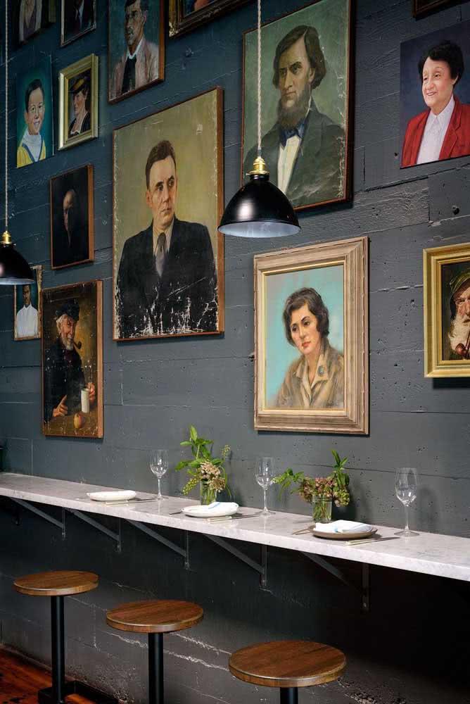 Mas, se preferir, pode apostar em uma coleção de quadros clássicos na parede com rostos humanos