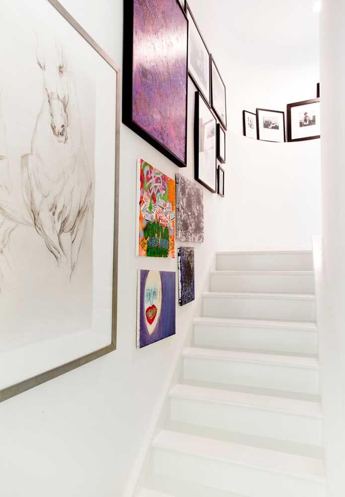 O corredor da escada em branco virou a instalação perfeita para os quadros decorativos clássicos