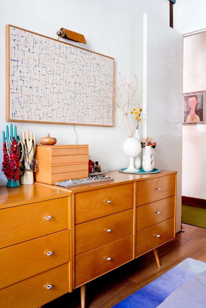 A boa e velha composição que nunca falha: buffet e quadro clássico na parede