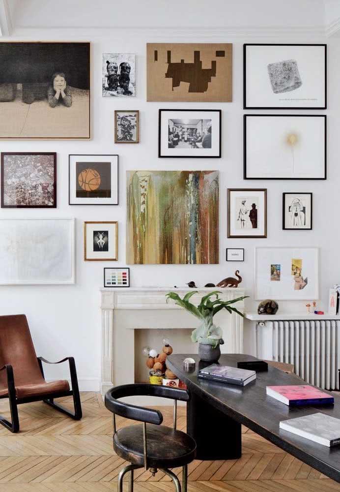 Já aqui, os quadros clássicos para sala formam uma paleta de cores que inclui branco, cinza e tons terrosos
