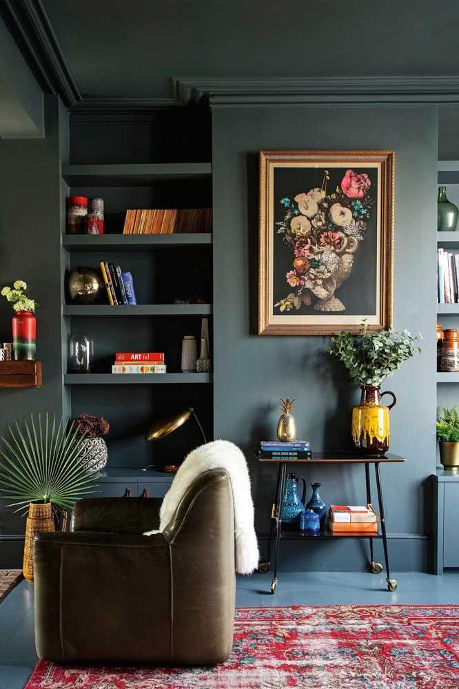 Quadro clássico na parede cinza: ambiente contemporâneo e cheio de personalidade