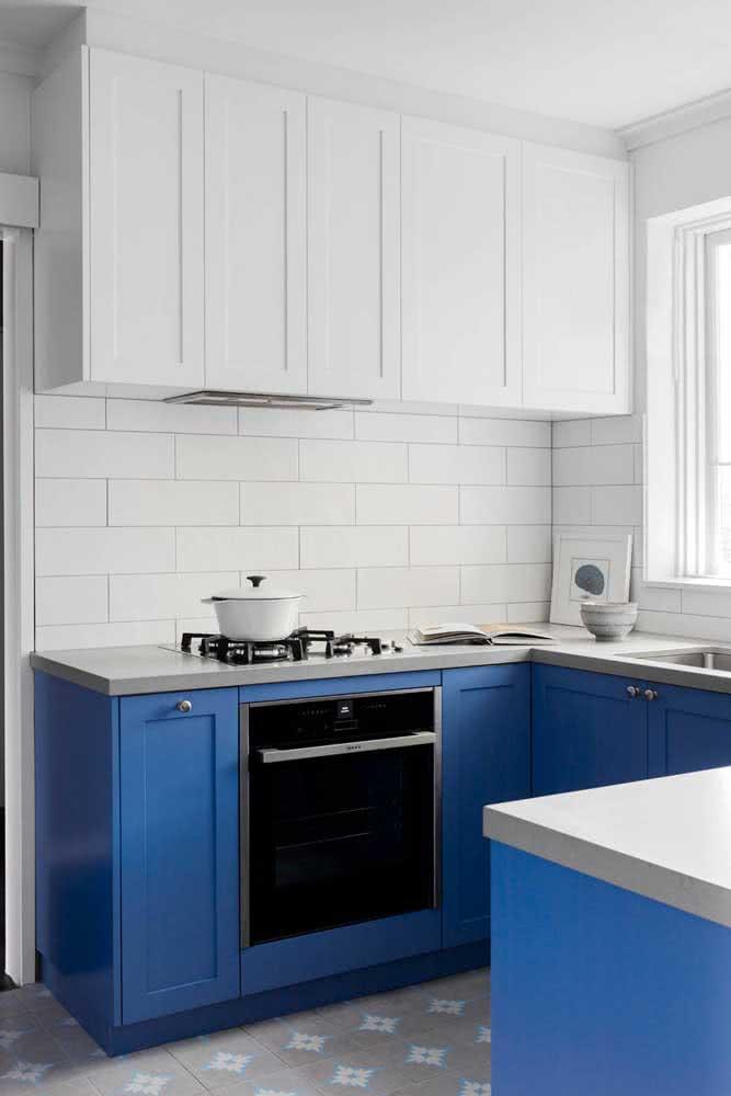 Azulejo branco retangular protagonizando o armário azul