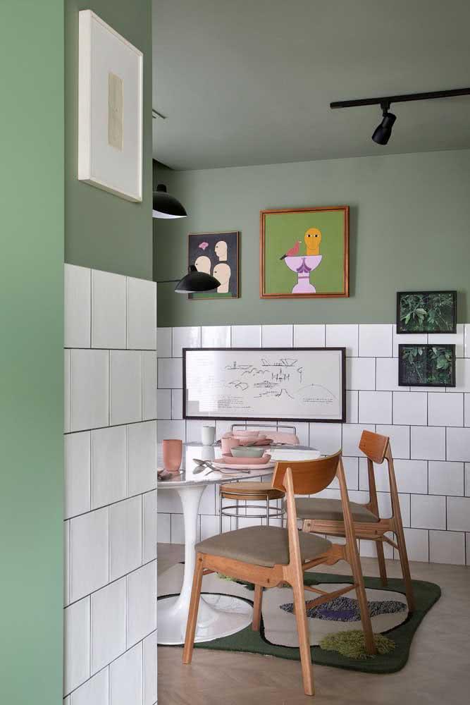 Cozinha em estilo retrô com meia parede de azulejo branco quadrado