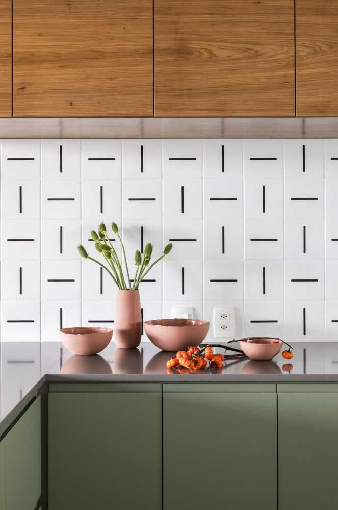 Quer dar uma variada no visual do azulejo branco da cozinha? Então cole adesivos