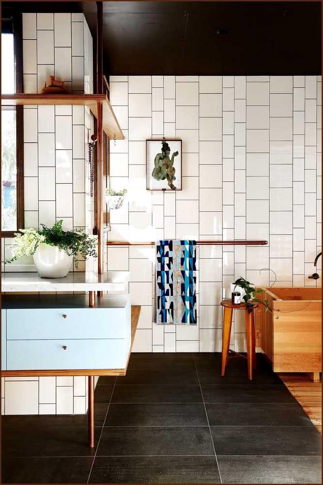 Já aqui nesse banheiro, a ideia é mesclar tamanhos e formatos variados de azulejos brancos